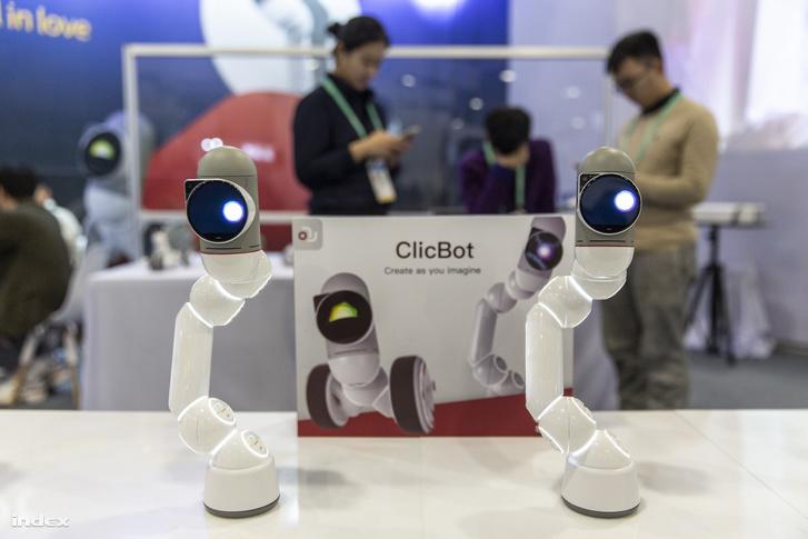 robot a plázában)